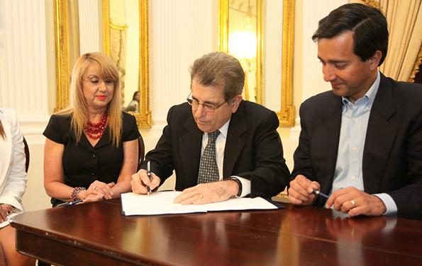 De izquierda a derecha Directora Administrativa de la Oficina de Administración de Tribunales, Hon. Sonia Ivette Vélez Colón, Juez Presidente del Tribunal Supremo de Puerto Rico, Hon. Federico Hernández Denton, y el Gobernador de Puerto Rico Hon. Luis Fortuño