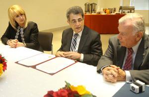 El Juez Presidente del Tribunal Supremo, Hon. Federico Hernández Denton (al centro) agradeció al señor Arturo Carrión la colaboración de la Asociación de Bancos de Puerto Rico. Observa la Directora Administrativa, Hon. Sonia Ivette Vélez Colón.