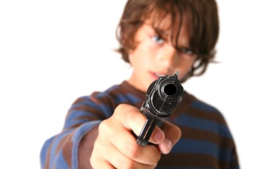 Medida que haría responsables a padres con patria potestad sobre menores que incurran en violaciones a Ley de Armas