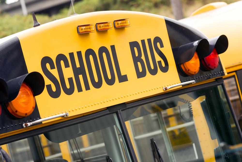 Transportistas escolares multados por formalizar acuerdos ilegales bajo la Ley de Monopolios