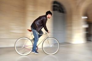 """Multa $250 por conducir bicicletas, """"four tracks"""" o motoras por aceras o en puentes peatonales"""