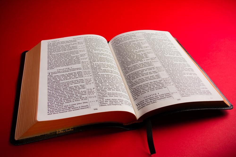 Convertir Biblia en «libro oficial» de un estado violaría la Constitución de los Estados Unidos
