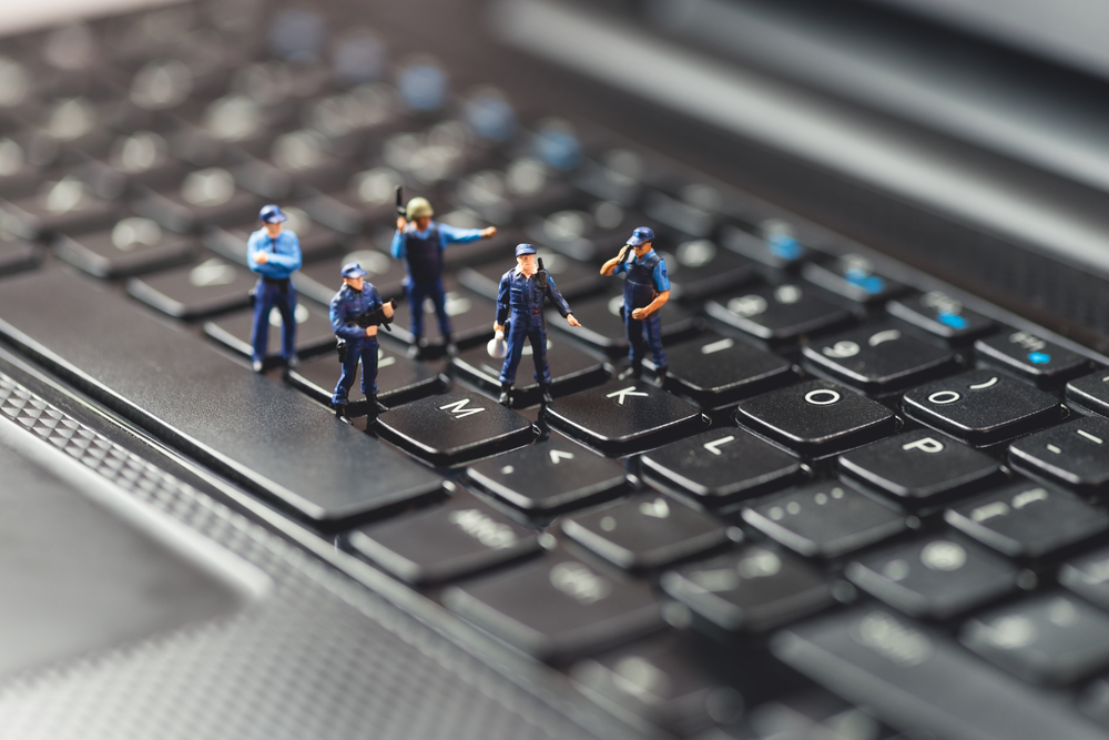 Órdenes judiciales para registrar equipo electrónico de acusado de pornografía infantil son inválidas
