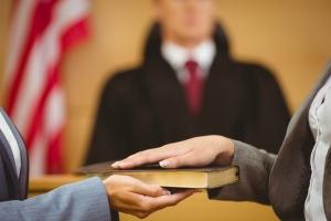 Caso de daños por convicciones erróneas continúa, excepto contra un fiscal