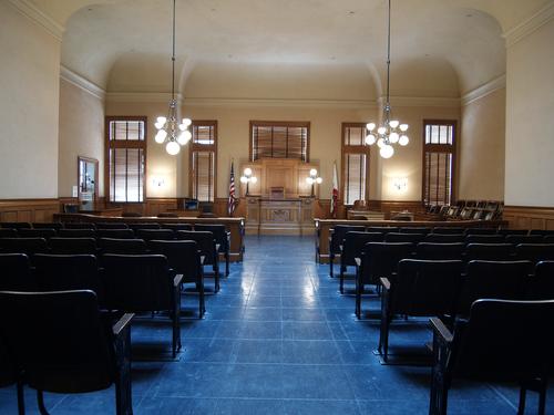 Exclusión de familiares durante escogido de jurado viola derecho constitucional a juicio público