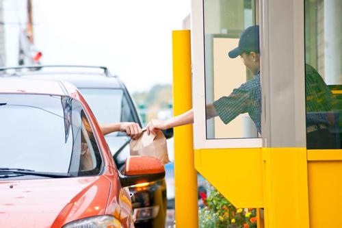 DACO multa a restaurantes de comida rápida por violaciones a reglamento