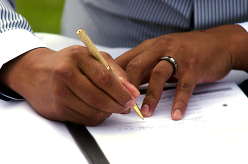 Funcionaria cristiana ignora orden de tribunal, se niega a emitir licencias de matrimonio