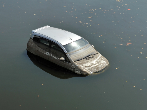 Ilegal estacionar vehículos en cauce de ríos