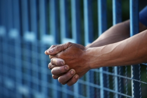 Determinan estándar para probar actos de fuerza excesiva contra confinado en espera de juicio