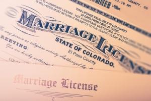Secretaria del Condado demanda a gobernador de Kentucky sobre su derecho de negarse a emitir licencias de matrimonio a parejas del mismo sexo