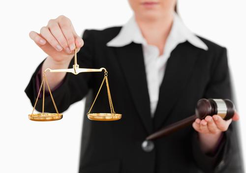 Jueza demanda a OAT por discrimen laboral y represalias bajo Ley ADA