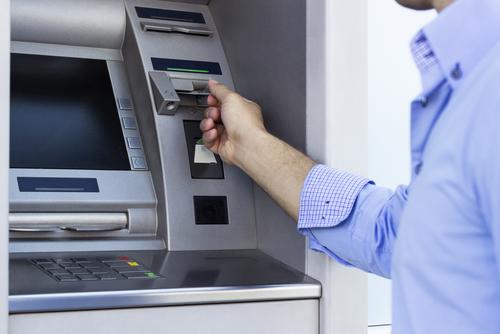 Gobierno en España prohíbe que bancos cobren doble por permitir que no clientes utilicen sus cajeros automáticos