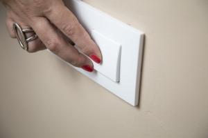 Mujer muere por explosión al encender luz en apartamento; demandados alegan que el apartamento cumplía con permisos y estándares