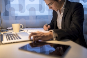 Abogados que trabajan más de 60 horas semanales son más felices con la profesión, según estudio