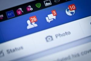 Mujer podría enfrentar carcel por etiquetar a cuñada en Facebook