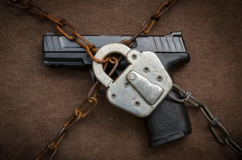 Facebook prohíbe la venta privada de armas de fuego en su sitio y mediante servicio con Instagram