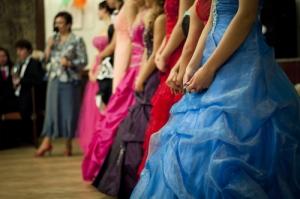 """Organización Pro Derechos de la Mujer de la Pontificia Universidad Católica recoge trajes de """"prom"""""""