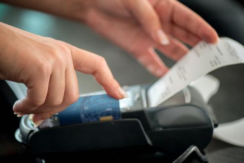 Consumidores presentan demanda de clase a tienda que imprimió números de tarjetas en recibos de compra