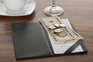 Se prohibirán los cargos por servicio en los restaurantes