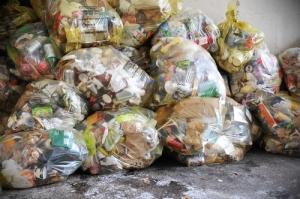 Ley en Francia prohíbe que se deseche comida en los supermercados