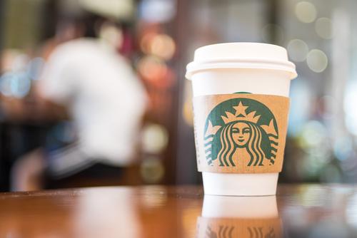 Demandan a Starbucks por engañar a los clientes al servir sus cafés con una cantidad menor a la anunciada