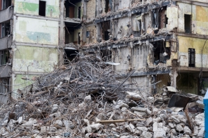 Gobernador firma ley que permite a municipios declarar estorbos públicos con mayor facilidad