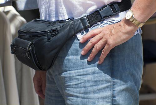 Agente observó como el acusado agarraba su fanny-pack, Primer Circuito dijo que esto levantó una sospecha razonable de que ahí guardara un arma