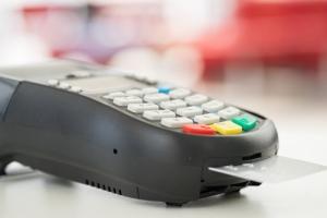 Tarjetas de crédito o débito como una de las alternativas de pago en comercios