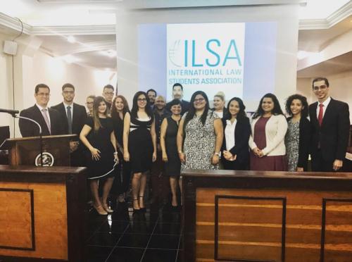 Estudiantes de derecho de la Escuela de Derecho de la Pontificie Universidad Católicade Puerto Rico recién iniciados en ILSA junto al Lcdo. Franklin Aviles (izquierda) y la Lcda. Wanda Valentín Custodio (centro).