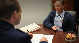 Directora de reclutamiento de abogados en la Fuerza Aérea de EEUU visita la Inter Derecho