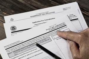 Orientar mal a inmigrante sobre consecuencias de sentencia criminal viola Sexta Enmienda