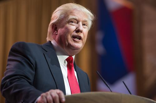 Presidente de Estados Unidos congela contratación en gobierno federal