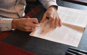 Gobernador firma la Ley del Empleador Único