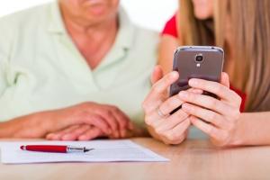Gobernador enmienda ley para mejorar la calidad de vida de la población de edad avanzada