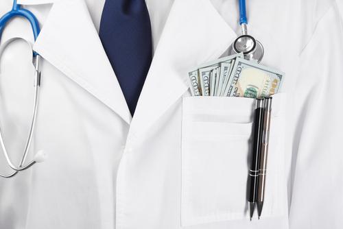 Gobernado firma ley de incentivos donde médicos sólo pagarán 4% de contribuciones