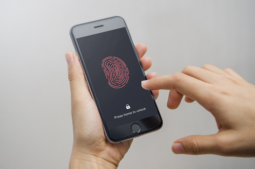 Juez deniega orden para obligar a ciudadanos proveer huellas para desbloquear celulares