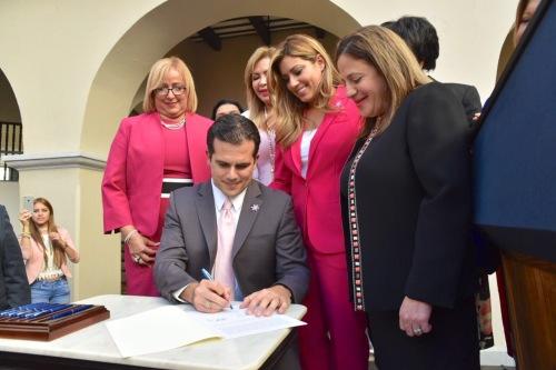Gobernador firma Ley de Igualdad Salarial
