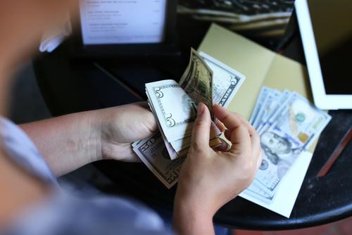 Consumidores están pagando propina en exceso en algunos comercios