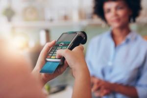 Prohibición de cargos por uso de tarjetas de crédito es regulación de la libertad de expresión según Supremo federal