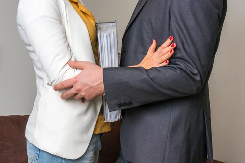 Nueva medida provee para la suspensión o destitución de alcaldes con acusación de hostigamiento sexual o laboral