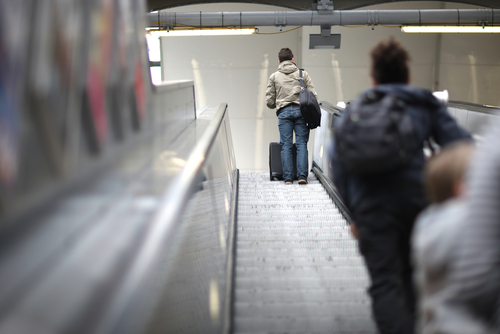 Desestiman demanda por señora que le cayó encima en escaleras eléctricas del Aeropuerto Internacional LMM