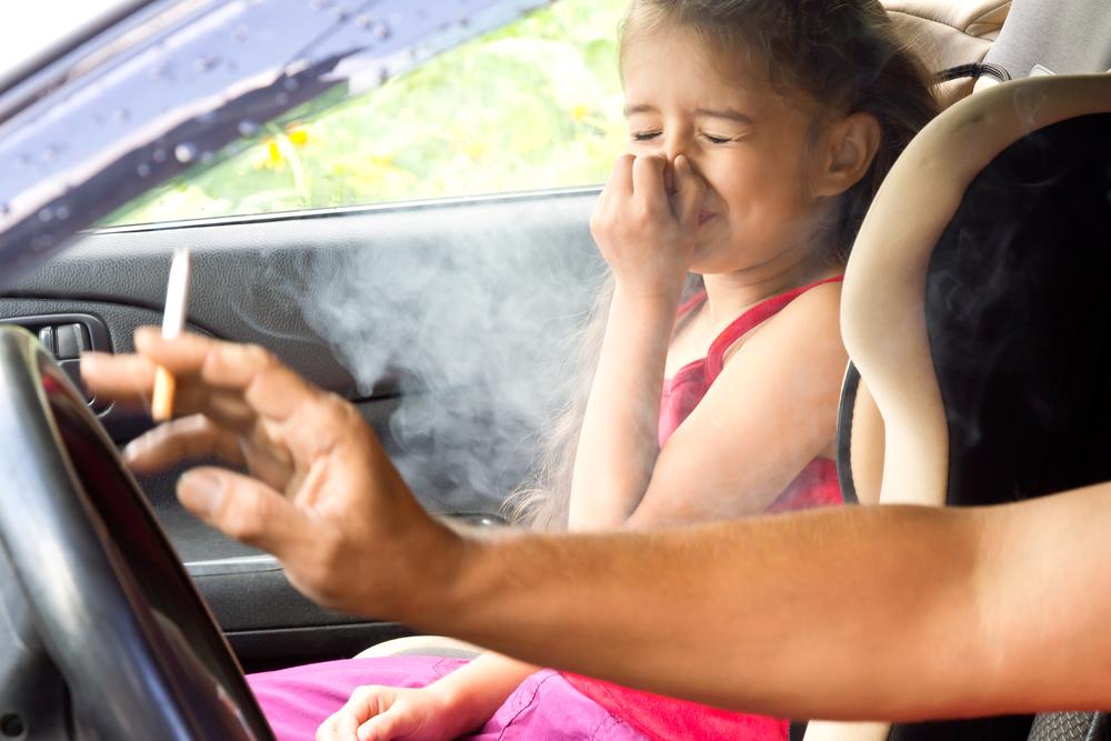 $250 de multa si fumas con menores de edad en el carro