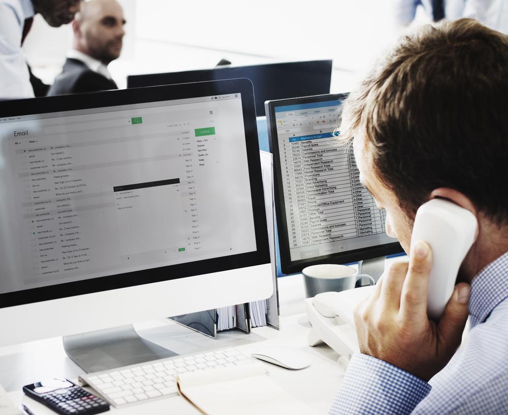 ¿Deben los abogados cobrar por las llamadas y correos electrónicos a clientes?