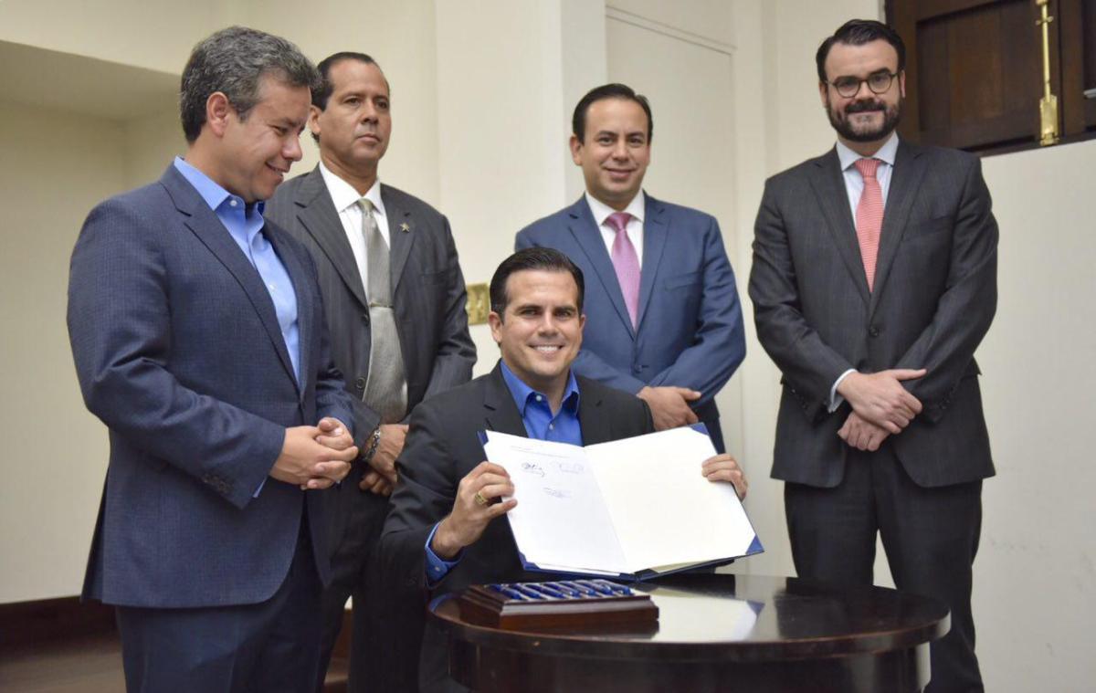 Gobernador firma Ley del Nuevo Gobierno de Puerto Rico