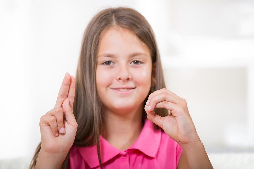 Gobernador convierte en ley medida para incluir cursos de lenguaje de señas en escuelas públicas