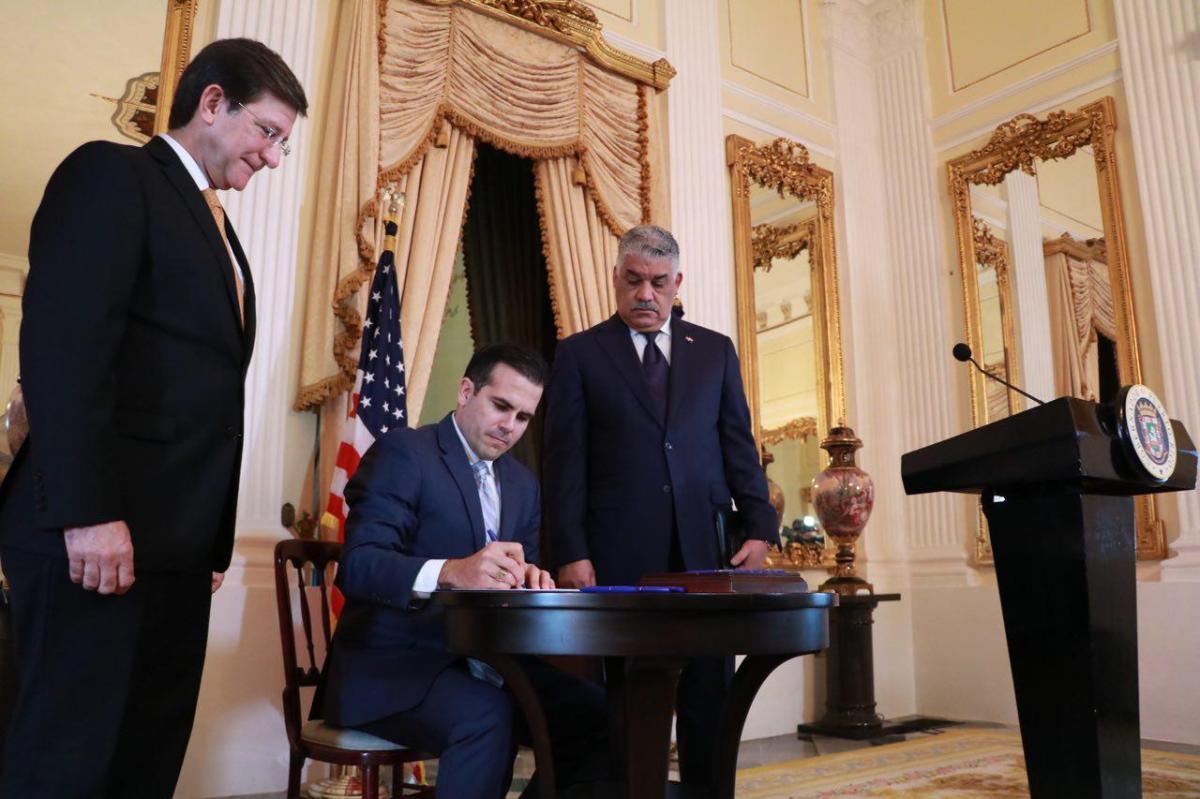 Gobernador firma orden ejecutiva para establecer colaboración de agencias del Gobierno con la Oficina de Apoyo al Extranjero