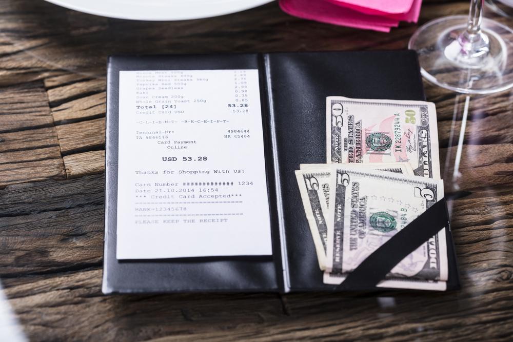 Prohibido a comercios cobrar propina de manera automática u obligatoria