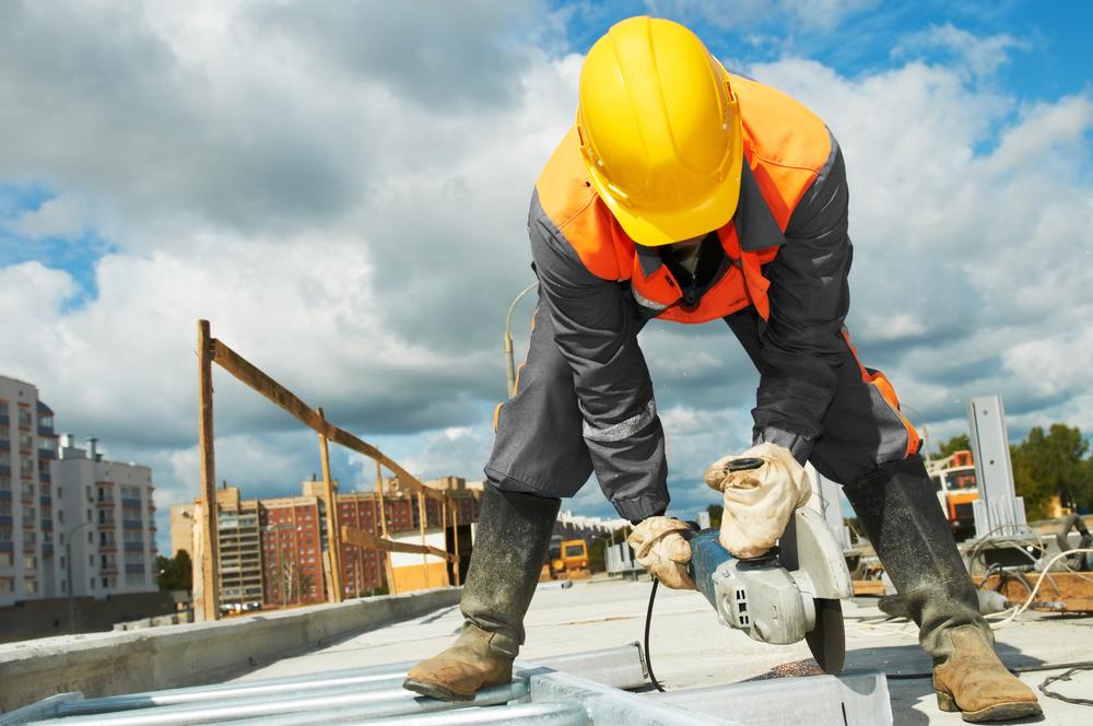Gobernador firma orden ejecutiva para aumentar salario mínimo a empleados de la construcción