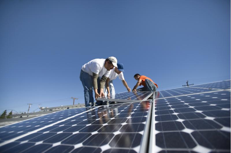 Gobernador firma proyecto que da paso a cooperativas de energía en Puerto Rico