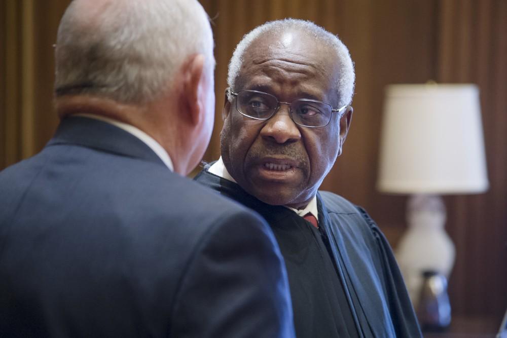 Rompe silencio juez Clarence Thomas en caso sobre discrimen racial